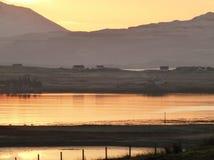 在海湾Bracadale,斯凯岛小岛的冬天日出  免版税库存图片