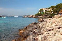 在海湾Cala Xinxell的海岸 帕尔马,西班牙 图库摄影