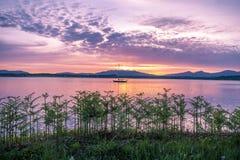 在海湾Creran, Barcaldine, Argyll,苏格兰的惊人的日落 免版税库存照片