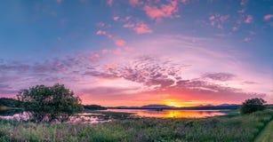 在海湾Creran, Barcaldine, Argyll,苏格兰的惊人的日落 库存图片