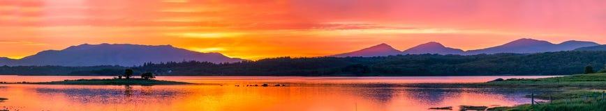 在海湾Creran, Barcaldine, Argyll,苏格兰的惊人的日落 免版税图库摄影