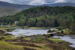 在海湾Dubhaird平均观测距离的路在Kylesku,苏格兰北部 库存照片