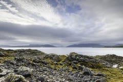 在海湾Hourn水的多云黎明在斯凯岛小岛  免版税库存图片