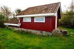 在海湾Kragero, Portor附近的红色庭院房子 免版税图库摄影