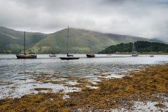 在海湾Leven的小船在Sotland 免版税图库摄影
