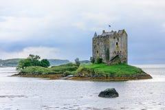 在海湾Linnhe,苏格兰防御在一个小海岛上的潜随猎物者 免版税图库摄影