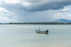 在海湾Manao, Prachuap Khiri Khan的小渔船  库存照片