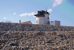 在海滨人行道的监视大厦在Aldeburgh,萨福克 免版税库存照片