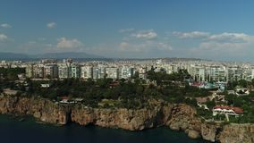 在海滨城镇和岩石峭壁的飞行 影视素材