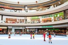 在海滨广场海湾购物中心,新加坡的滑冰的环形 免版税库存图片