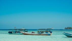 在海滨浅海滩海停住的一条传统小船在karimun jawa海岛 免版税库存图片