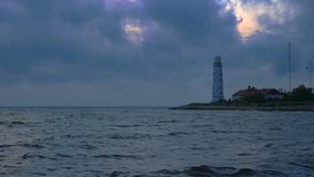 在海滨的一座大白色灯塔发光黄灯 股票录像