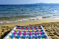 在海滨的可膨胀的床垫 免版税库存图片