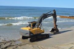 在海滨的富豪集团挖掘机 库存照片