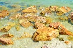 在海滨的岩石在收获Caye海岛上 免版税库存图片