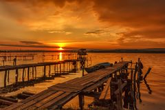 在海滨的惊人的日落与木码头 库存图片