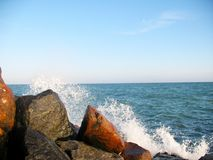 在海滨的美丽的大石头 库存图片