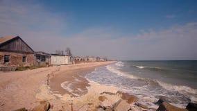在海滨的被毁坏的大厦,波浪滚动沿海,天气在风暴前 股票录像