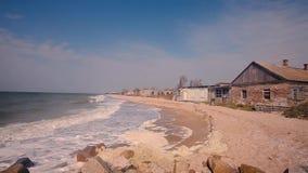 在海滨,秋天心情在海边,滚动沿海滩的波浪的被毁坏的大厦 股票录像