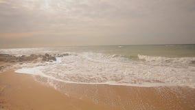 在海滨,秋天心情在海边,滚动沿海滩的波浪的被毁坏的大厦 股票视频