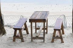 在海滩、桌和长凳附近的餐馆在沙子 库存照片