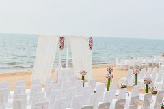 在海滩与海和天空的海滩婚礼仪式在浪漫 免版税库存照片