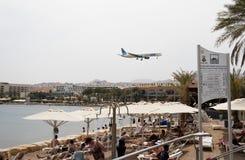 在海滩之上eilat去以色列使飞机降落 免版税库存图片