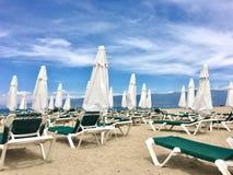 在海滩俱乐部的伞 库存图片