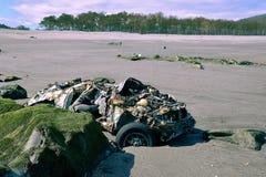 在海滩停放的汽车 免版税库存照片