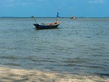 在海滩停放的渔夫小渔船  库存照片