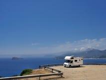 在海滩停放的野营车 库存照片