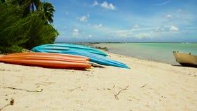 在海滩停泊的皮船在法属波利尼西亚 股票视频
