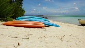 在海滩停泊的皮船在法属波利尼西亚 股票录像