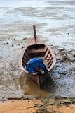 在海滩停泊的老小船 免版税图库摄影
