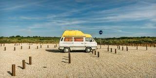 在海滩停车场的老海滩搬运车 免版税库存图片
