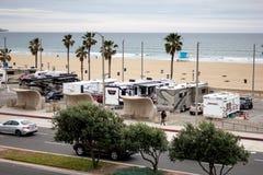 在海滩停车场的RV车 库存照片