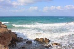 在海滩克利特的在附近的伊拉克利翁的看法 免版税库存照片
