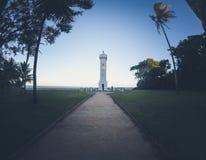 在海滩前面的灯塔 免版税库存照片