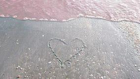 在海滩和波浪的心形 免版税图库摄影