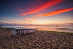 在海滩和海日出,新年早晨的小船2019年 图库摄影