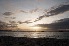 在海滩和海洋的美好的金黄日落在博拉凯海岛,菲律宾 图库摄影