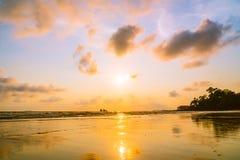 在海滩和海的美好的日落 免版税库存图片