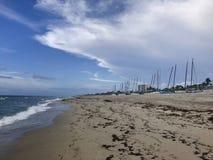 在海滩和风船的多雨阴暗日落 免版税图库摄影