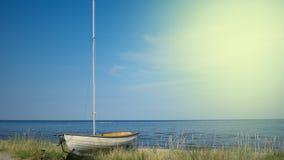 在海滩在海前面,copyspace的小船 免版税库存照片