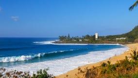 在海滩在著名大波浪地点,waimea海湾的波浪断裂 库存照片