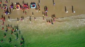 在海滩孩子的泡沫似的波浪卷跳跃 股票录像