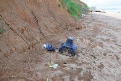 在海滩岸的被污染的海垃圾电视塑料瓶 免版税图库摄影