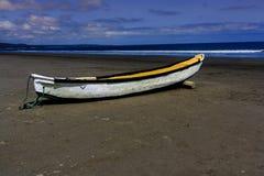 在海滩找到的划艇 免版税库存图片