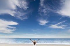 在海滩摇篮的妇女 免版税库存图片