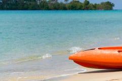 在海滩放置的橙色皮船 库存图片